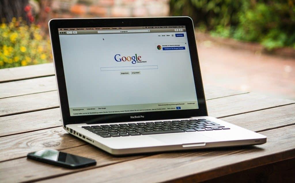 מחשב נייד פתוח על אתר גוגל