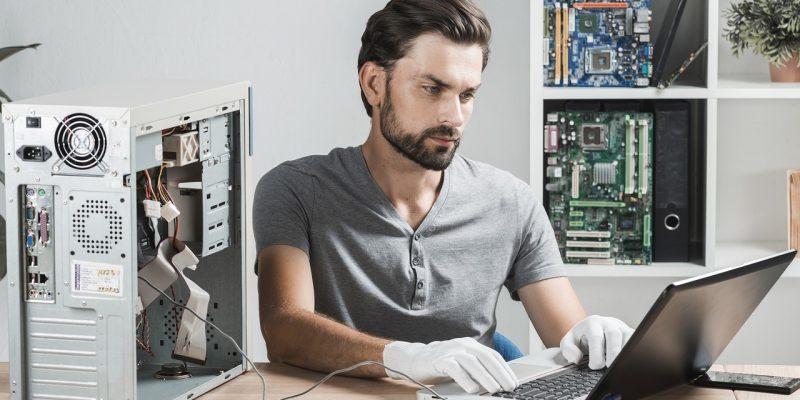 איש בוחן מחשב